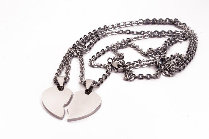 Кулон с индивидуальной гравировкой In Gravity из нержавеющей ювелирной стали 316L Половинки сердца серебристый - изображение 1