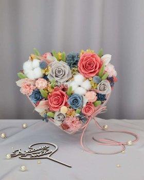 Букет «Аромат ніжності» - живі стабілізовані квіти в коробці-серце M