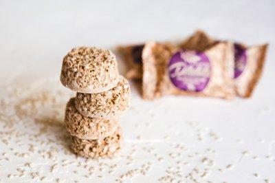 Конфеты Мультизлаковые DEKOLATTA BLOND с кунжутом 1 кг в упаковке